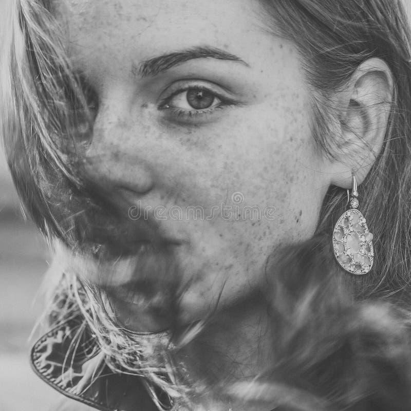 Красивое natur моды города улицы веснушек портрета стороны женщины стоковая фотография rf