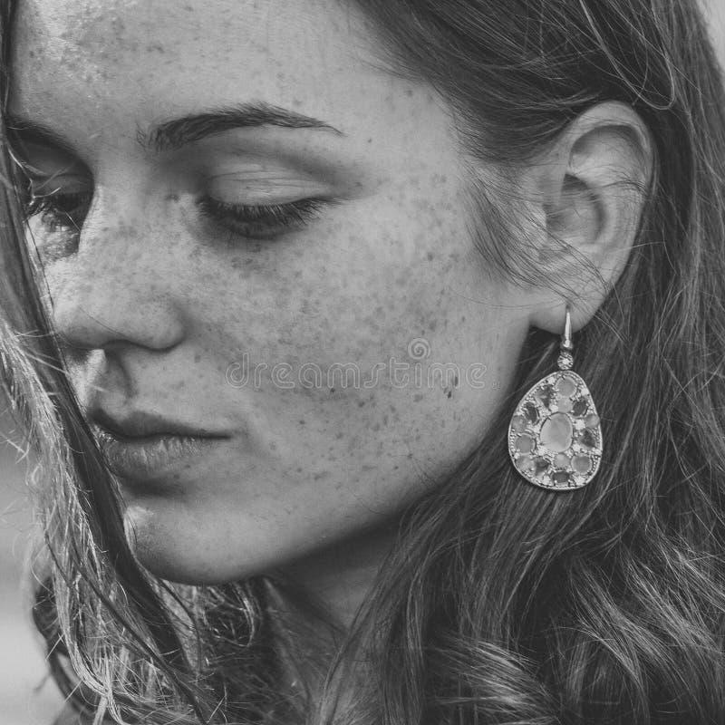Красивое natur моды города улицы веснушек портрета стороны женщины стоковое изображение