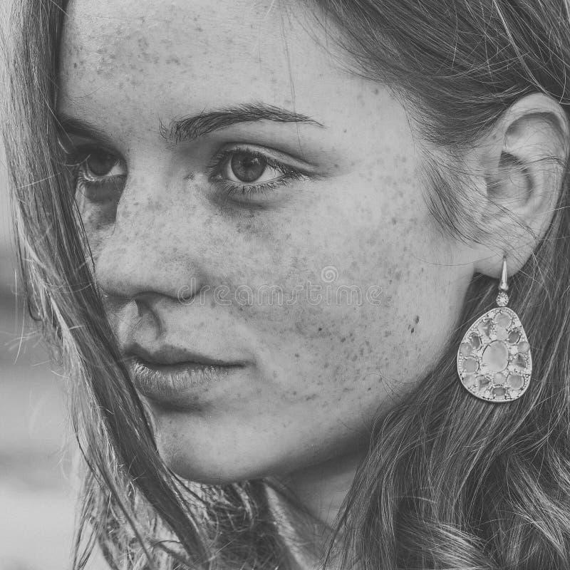 Красивое natur моды города улицы веснушек портрета стороны женщины стоковое изображение rf