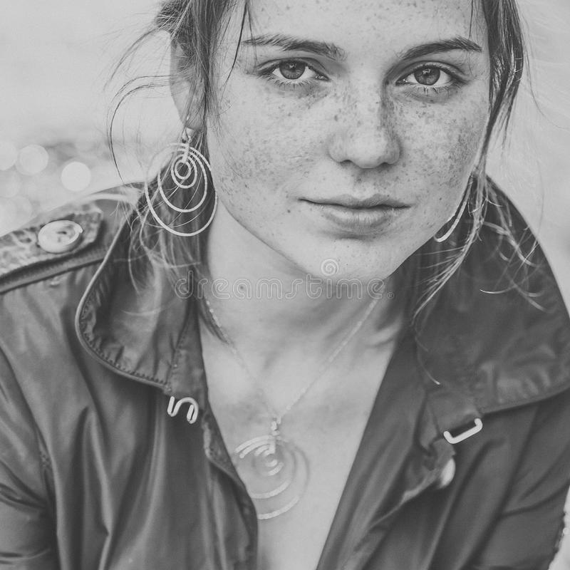 Красивое natur моды города улицы веснушек портрета стороны женщины стоковое фото rf