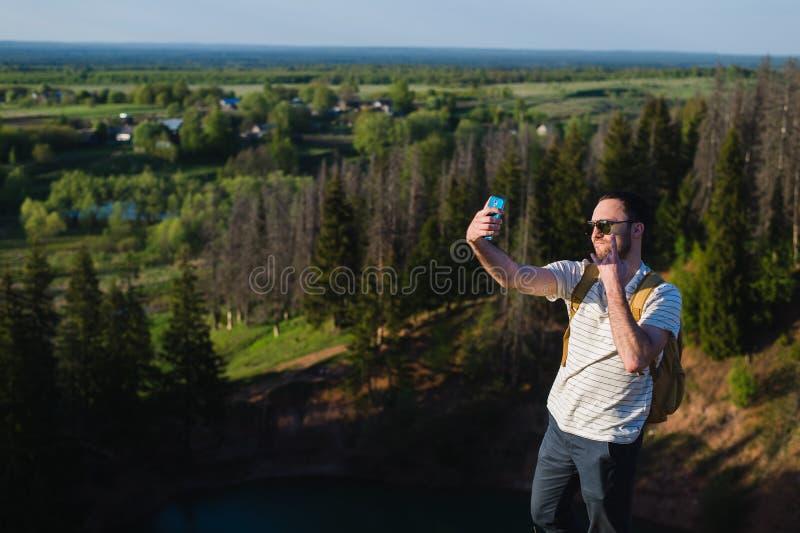 Красивое selfie стрельбы человека в nautre hiking отключение Моменты альпинизма Снимая красивые виды леса стоковая фотография