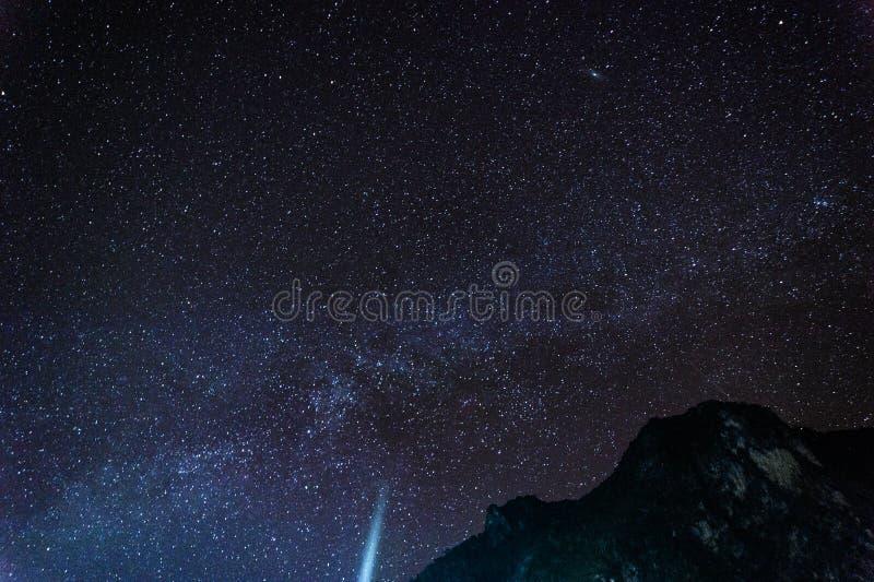 Красивое starscape над горой стоковые изображения