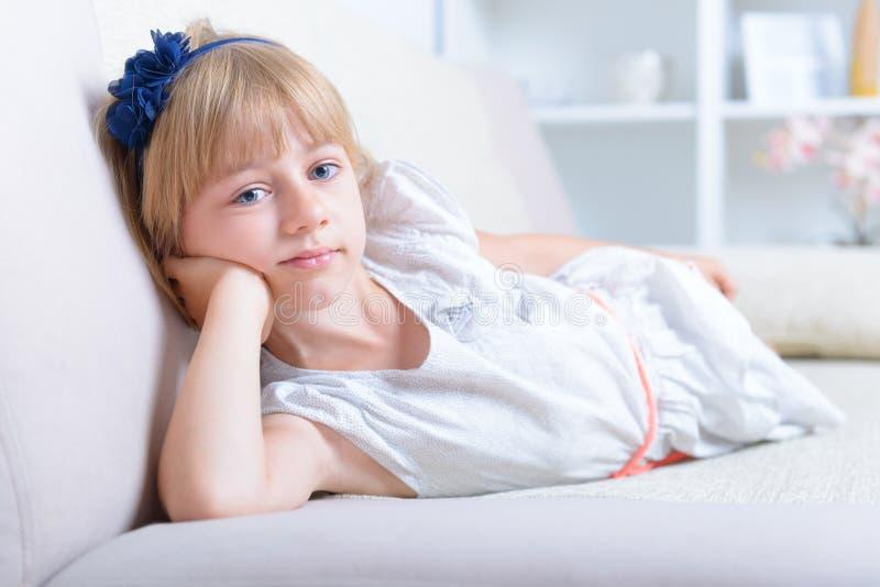 Красивой девушка наблюданная синью стоковые изображения rf