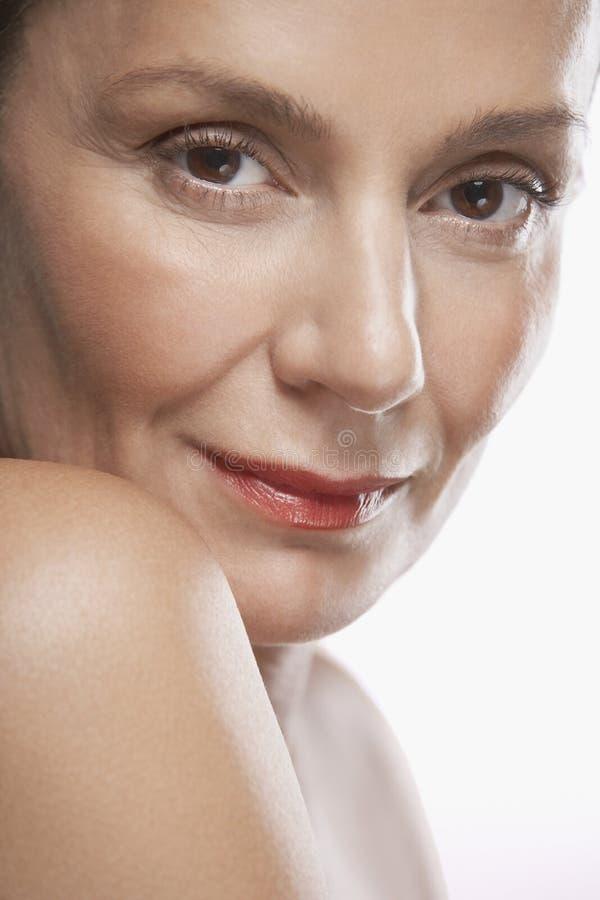 Красивой постаретая серединой губная помада женщины нося стоковые фотографии rf