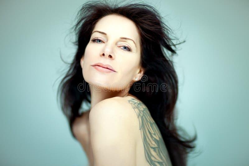 Красивой самоуверенной женщина постаретая серединой стоковое изображение rf