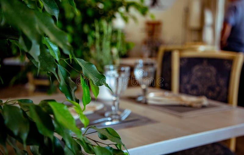 Красиво, который служат таблица в ресторане Селективный фокус стоковая фотография