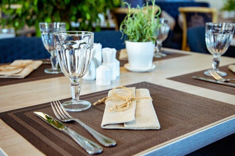 Красиво, который служат таблица в ресторане Селективный фокус стоковые фото