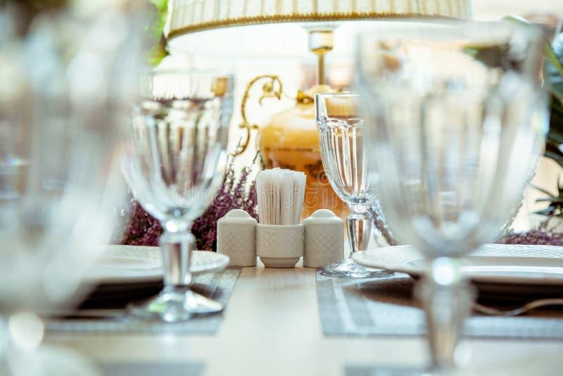Красиво, который служат таблица в ресторане Селективный фокус стоковое изображение rf