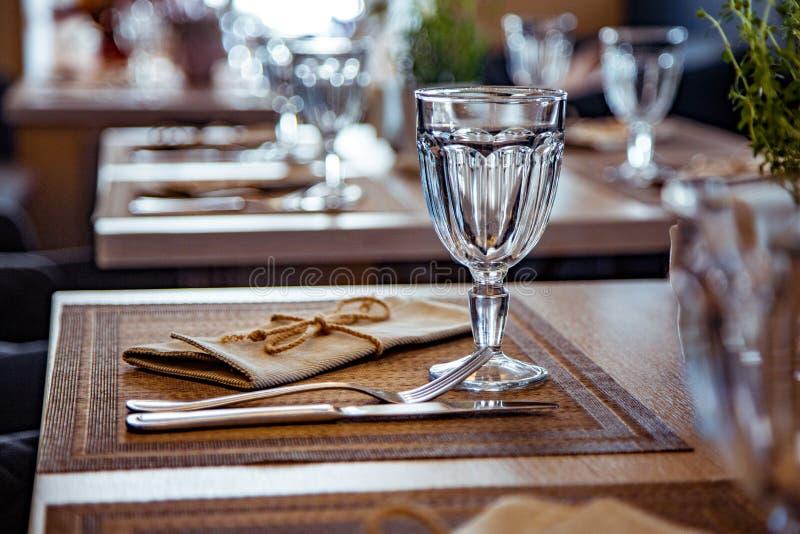 Красиво, который служат таблица в ресторане Селективный фокус стоковое фото