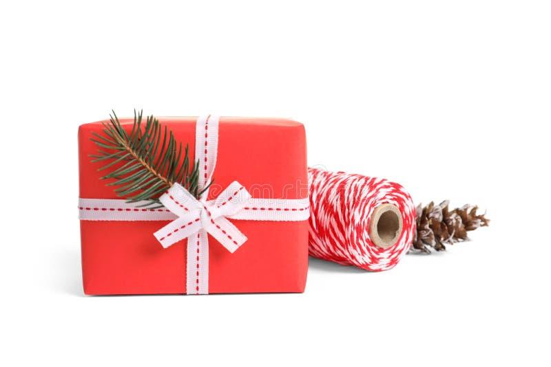 Красиво обернутые подарочная коробка и веревочка стоковая фотография