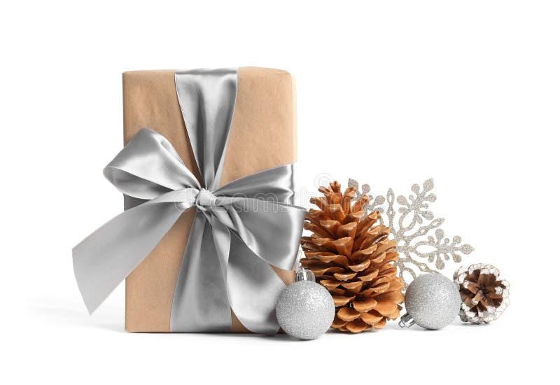 Красиво обернутые подарочная коробка, конусы сосны и украшения стоковое фото