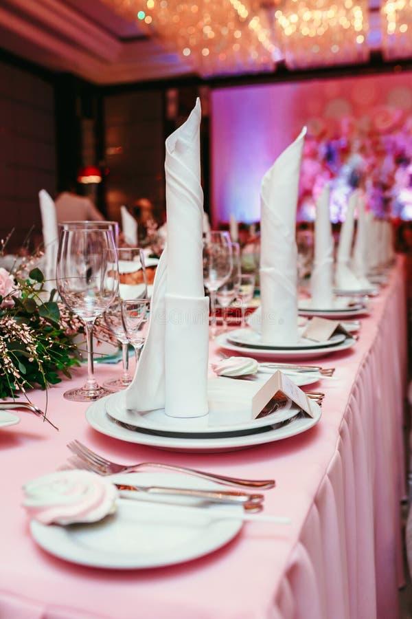Красиво организованное событие, стекла на, который служат праздничной белой таблице готовой Банкет, wedding оформление Столовый п стоковая фотография rf