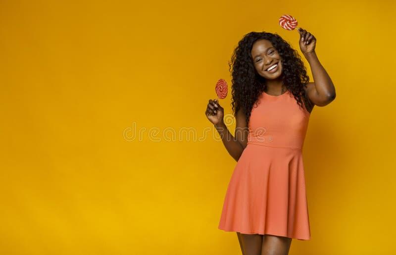 Красиво-прелестная женщина, наслаждающаяся своими красочными красотками стоковая фотография