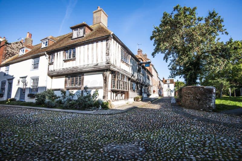 Красиво сохраненные и старые мощенные булыжником улицы в известном древнем городе Rye в восточном Сассекс, Англии стоковое фото rf
