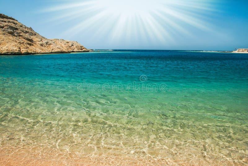 Красиво стильная морская вода пляжа с песком на предпосылке природы стоковые фотографии rf