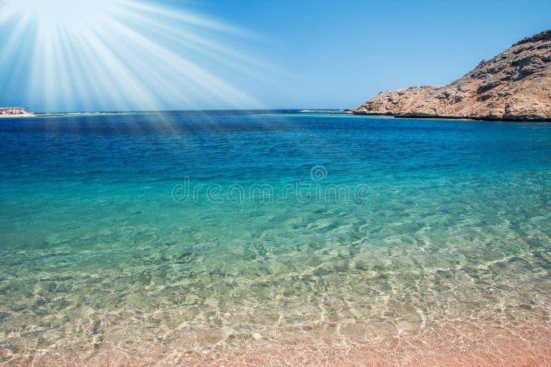 Красиво стильная морская вода пляжа с песком на предпосылке природы стоковое фото