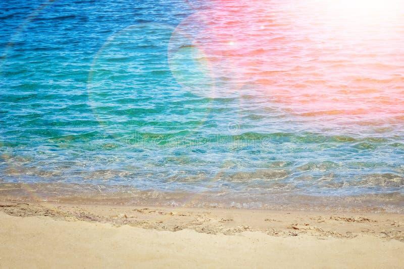Красиво стильная морская вода пляжа с песком на предпосылке природы стоковое изображение rf
