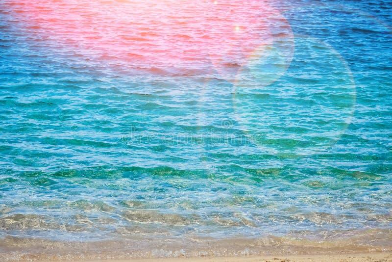 Красиво стильная морская вода пляжа с песком на предпосылке природы стоковое изображение