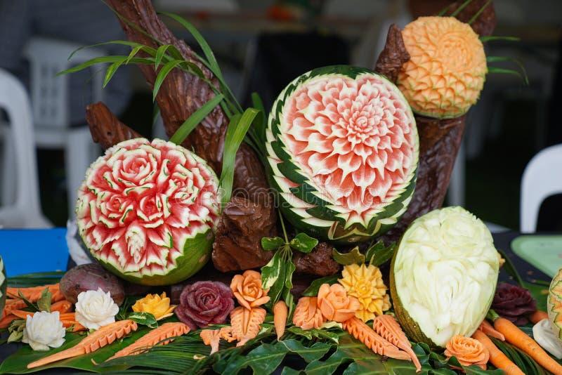 Красиво тайская высекаенная рука приносить в картине цветка стоковые изображения rf