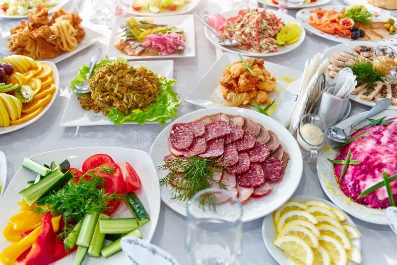 Красиво украшенная поставляя еду таблица банкета с различной едой стоковое фото rf