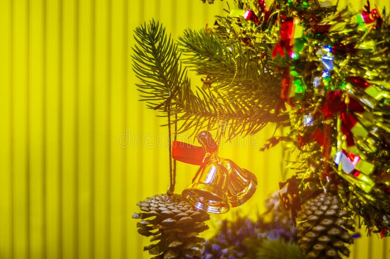 Красиво украшенная рождественская елка при предпосылка стен желтая давая яркое чувство стоковые фото