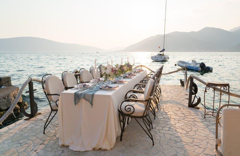 Красиво украшенная таблица с цветками для обедающего свадьбы стоковое изображение