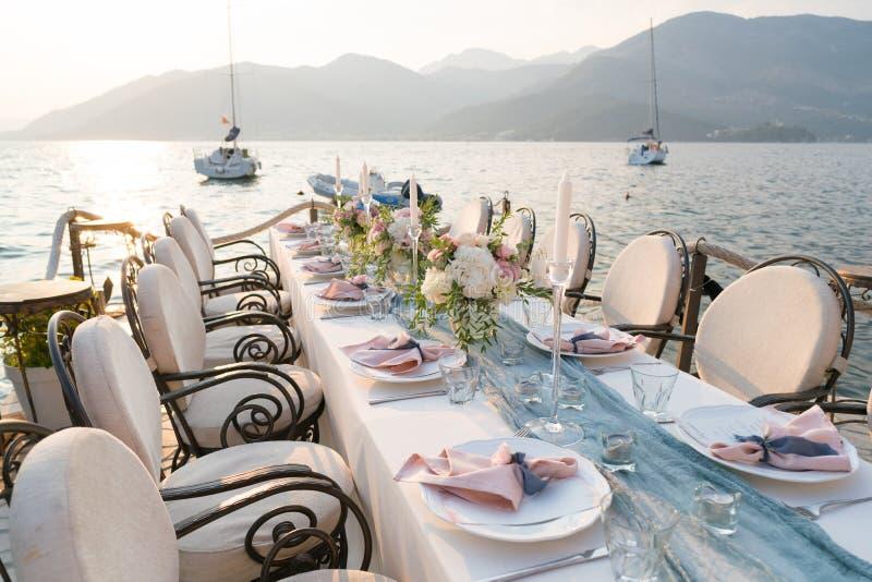 Красиво украшенная таблица с цветками для обедающего свадьбы стоковые фотографии rf