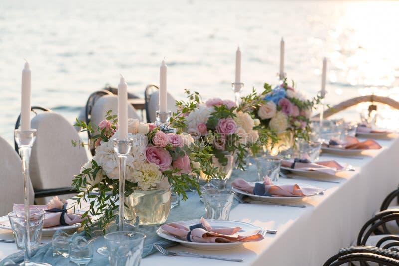 Красиво украшенная таблица с цветками для обедающего свадьбы стоковое фото rf