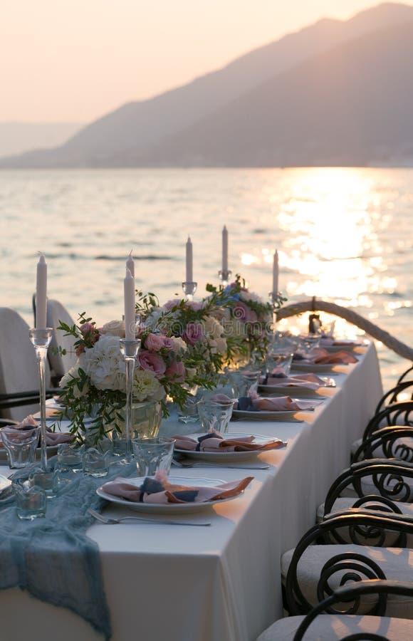 Красиво украшенная таблица с цветками для обедающего свадьбы стоковое изображение rf