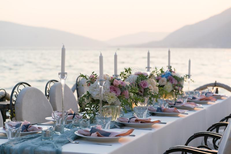 Красиво украшенная таблица с цветками для обедающего свадьбы стоковая фотография rf