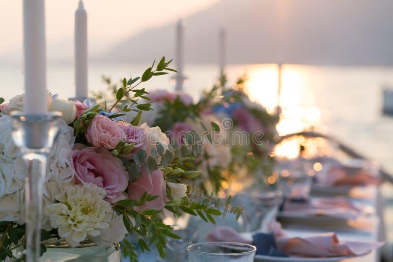 Красиво украшенная таблица с цветками для обедающего свадьбы стоковая фотография
