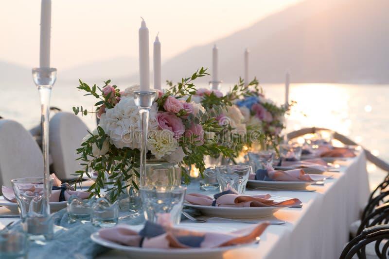 Красиво украшенная таблица с цветками для обедающего свадьбы стоковое фото