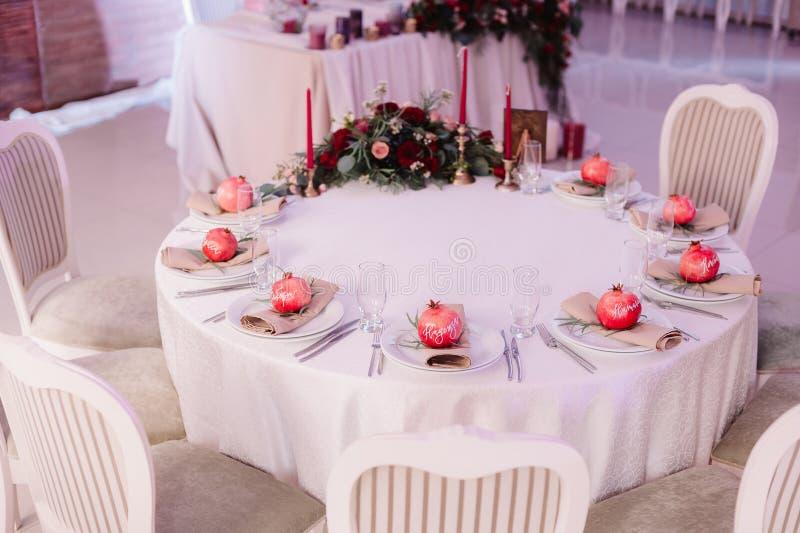 Красиво украшенная таблица гостя, с именами ` s гостя на гранатовом дереве стоковое фото rf
