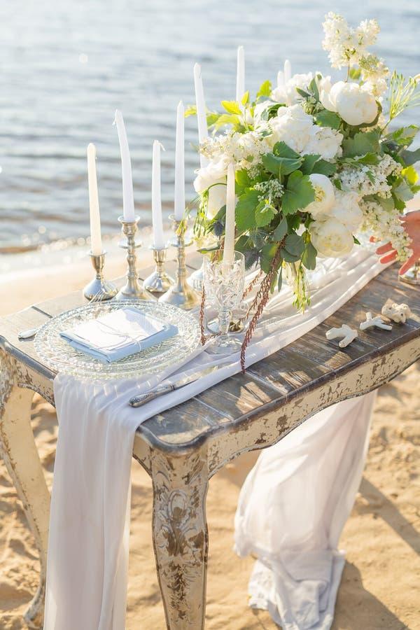 Красиво украшенная таблица для романтичного обедающего морем стоковое изображение rf