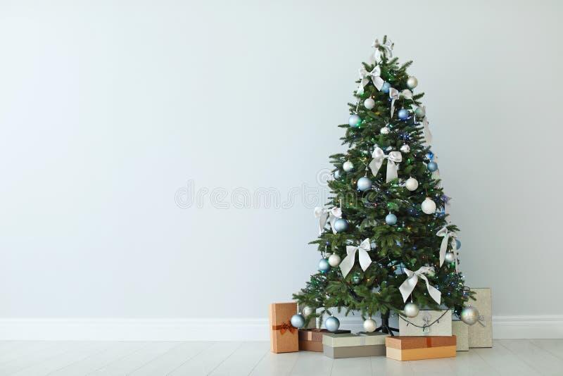 Красиво украшенное boxe рождественской елки и подарка стоковое изображение rf