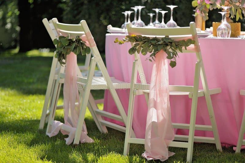 Красиво украшенные деревянные белые стулья стоковая фотография rf