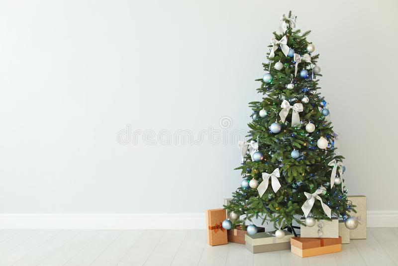 Красиво украшенные рождественская елка и подарочные коробки стоковое изображение rf