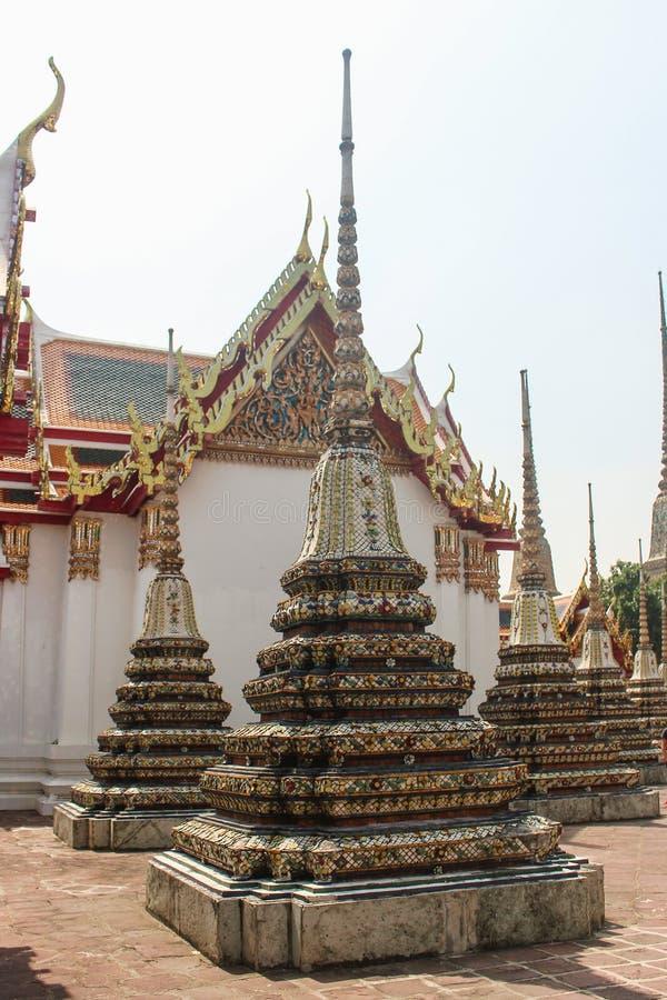 Красиво украшенные stupas с виском Wat Po как предпосылка Висок возлежа Будды в Бангкоке, Таиланде стоковая фотография