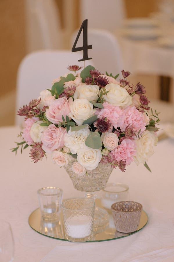 Красиво украшенный букет роз, с номером стоковые изображения rf