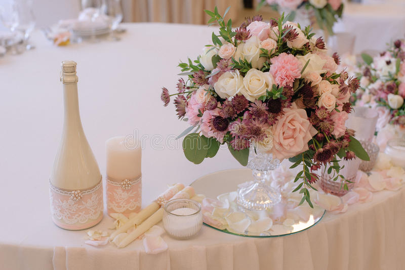 Красиво украшенный букет роз с шампанским и свечами стоковые изображения rf