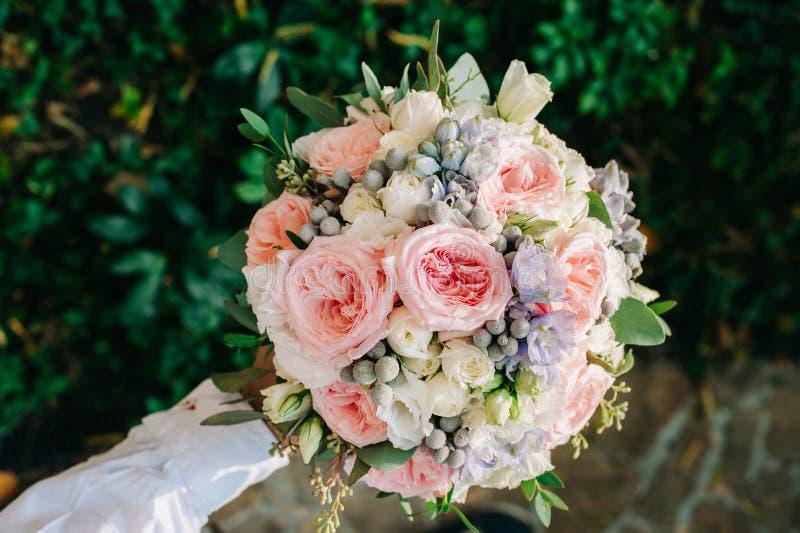 Красиво украшенный крупный план букета с белыми и розовыми розами, небом цветет стоковые фото