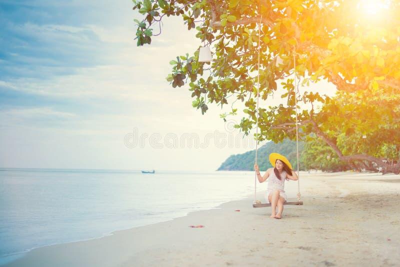 Красивые азиатские женщины путешествуют на пляже на лете стоковое изображение