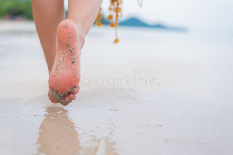Красивые азиатские женщины путешествуют на пляже на лете стоковые изображения rf