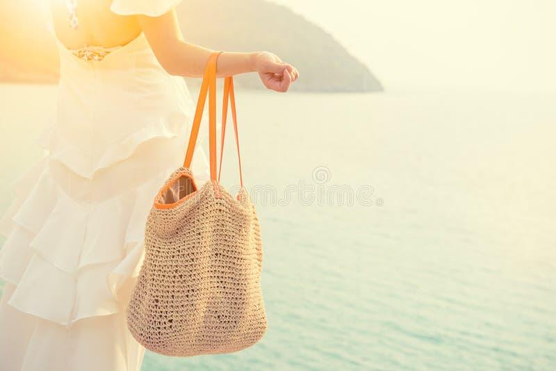 Красивые азиатские женщины путешествуют на пляже на лете Солнце песка моря стоковая фотография rf