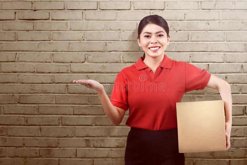 Красивые азиатские пакет удерживания женщины поставки и someth показа стоковая фотография