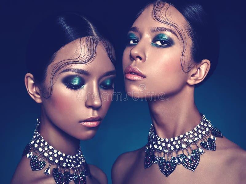 Красивые 2 азиатских женщины стоковые фотографии rf