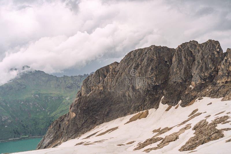 Красивые Альп с озером, холмом и снегом на скалистой горе стоковые изображения rf