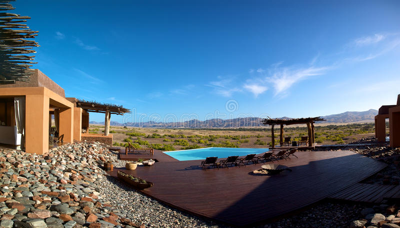 Красивые бассейн и горы в Намибии стоковые изображения rf