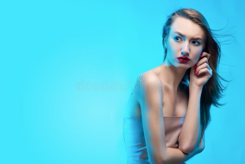 Красивые белокурые красные касания девушки губ стороной пальцев и a стоковые фотографии rf