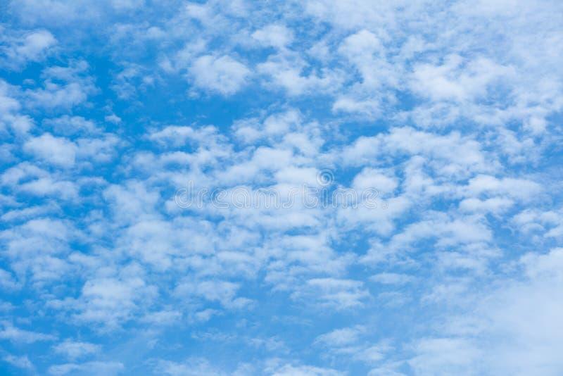 Красивые белые облака в голубом небе стоковое фото rf